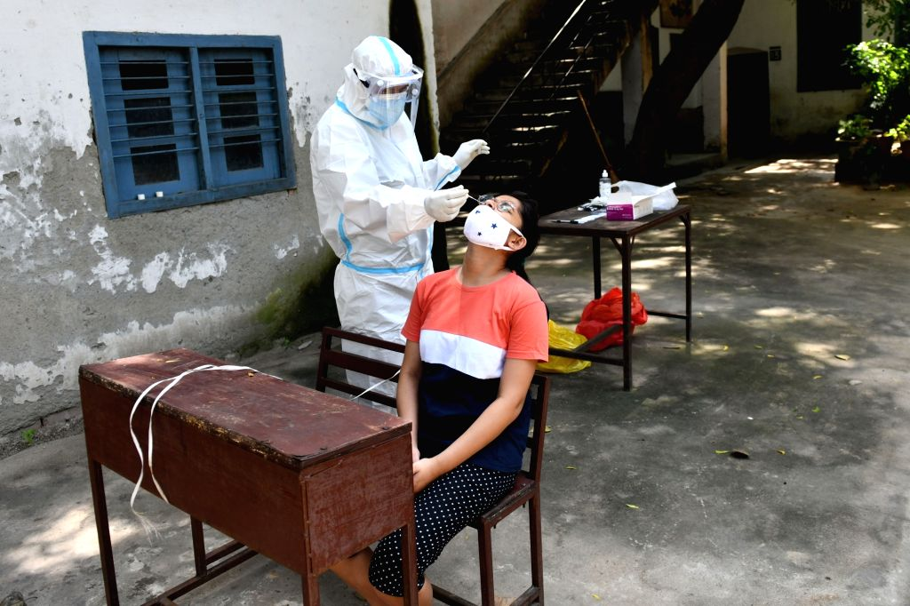 A health worker collects swab samples from people to conduct COVID-19 tests, in New Delhi on Aug 31, 2020.