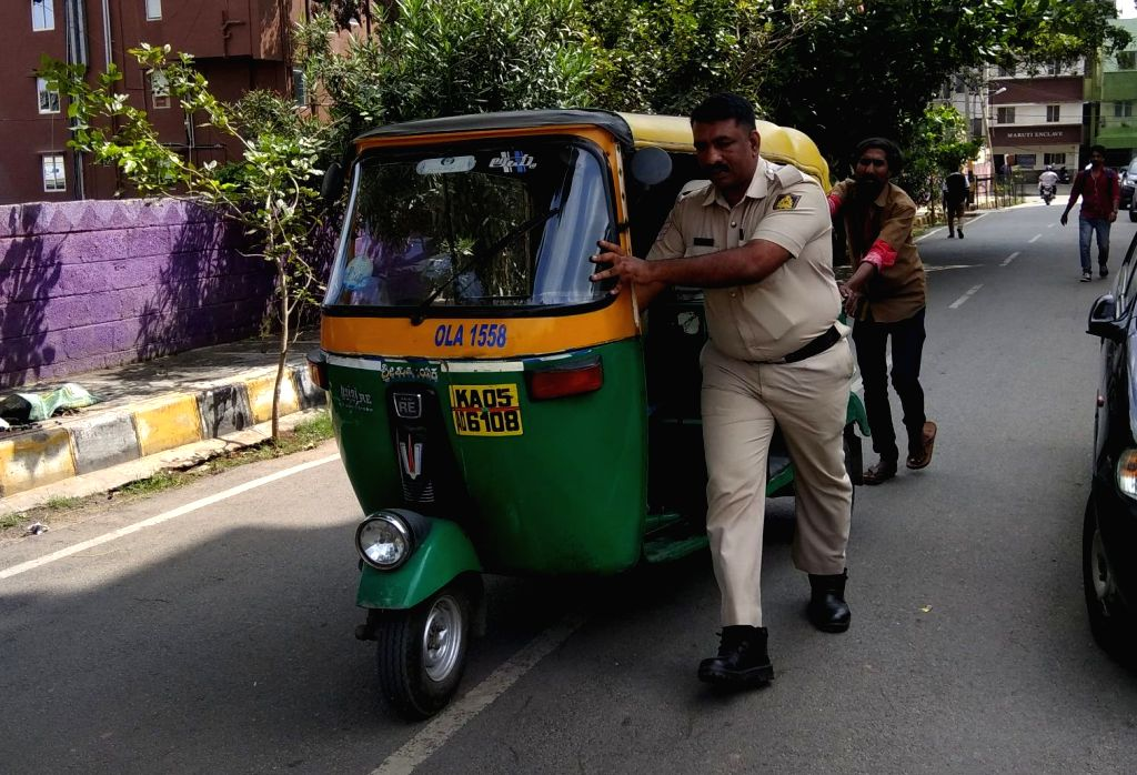 A heartwarming picture of a policeman going well beyond his scope of duty in helping out an auto rickshaw driver has gone viral on social media. The post shared by Bengaluru City Police on their Twitter, shows police personnel helping out an auto ric