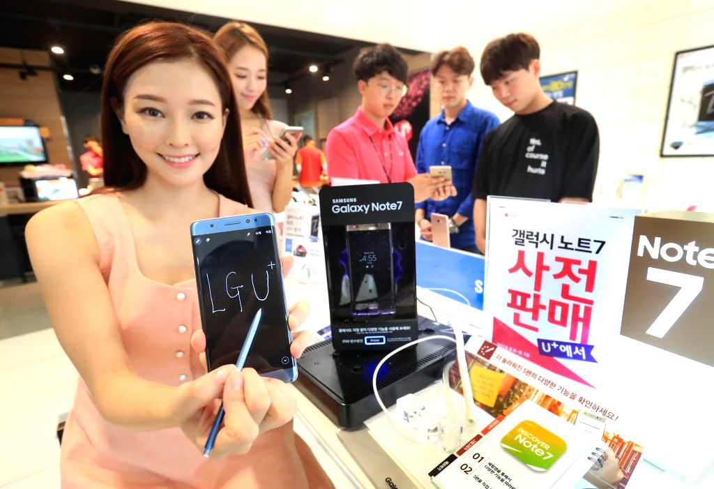 A model assist visitors in experiencing the Galaxy Note 7, the newest phablet from Samsung Electronics, at a mobile carrier LG Uplus store in Seoul on Aug. 4, 2016.