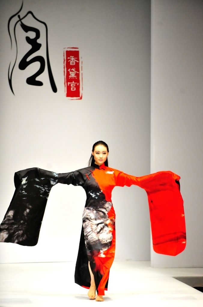 A model displays a creation of Chantel Gong Gong Hangyu Finery Collection during the 2016 China Fashion Week S/S in Beijing, China, Oct. 31, 2015. (Xinhua/Xiao ...