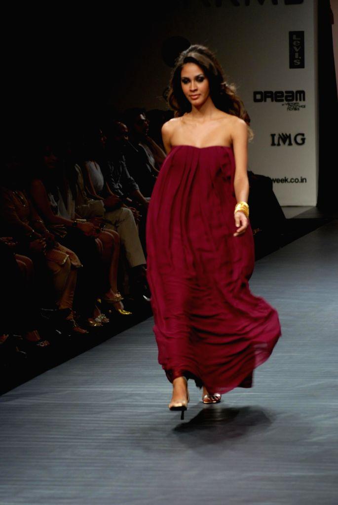 A model on the ramp for Designer Nandita Mahtani at Lakme Fashion Week 2009.