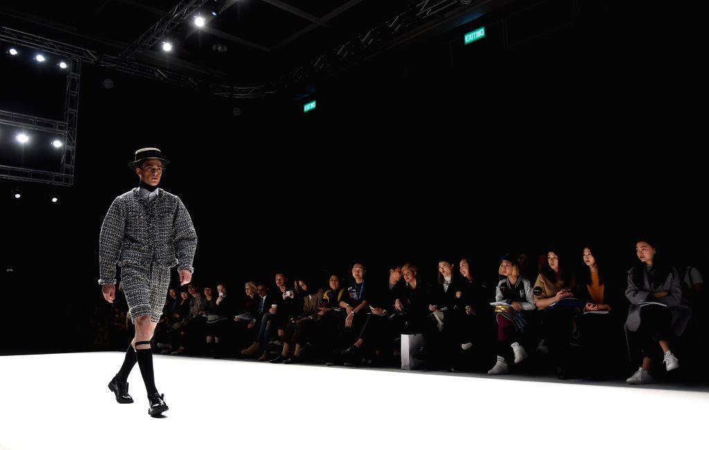 A model presents a creation during Hong Kong Fashion Week for Fall/Winter in south China's Hong Kong, Jan. 18, 2016. (Xinhua/Lui Siu Wai)