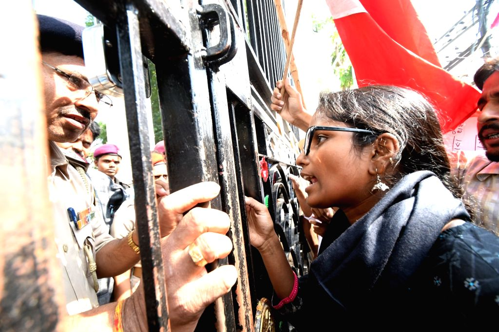 A Patna University student argues with a police personal during their demonstration over various demands during the ongoing annual meeting of Patna University senate, on Nov 14, 2019.
