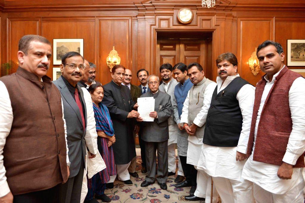 A Samajwadi Party delegation led by Azam Khan calls on President Pranab Mukherjee at Rashtrapati Bhawan in New Delhi, on Nov 29, 2016. - Azam Khan and Pranab Mukherjee
