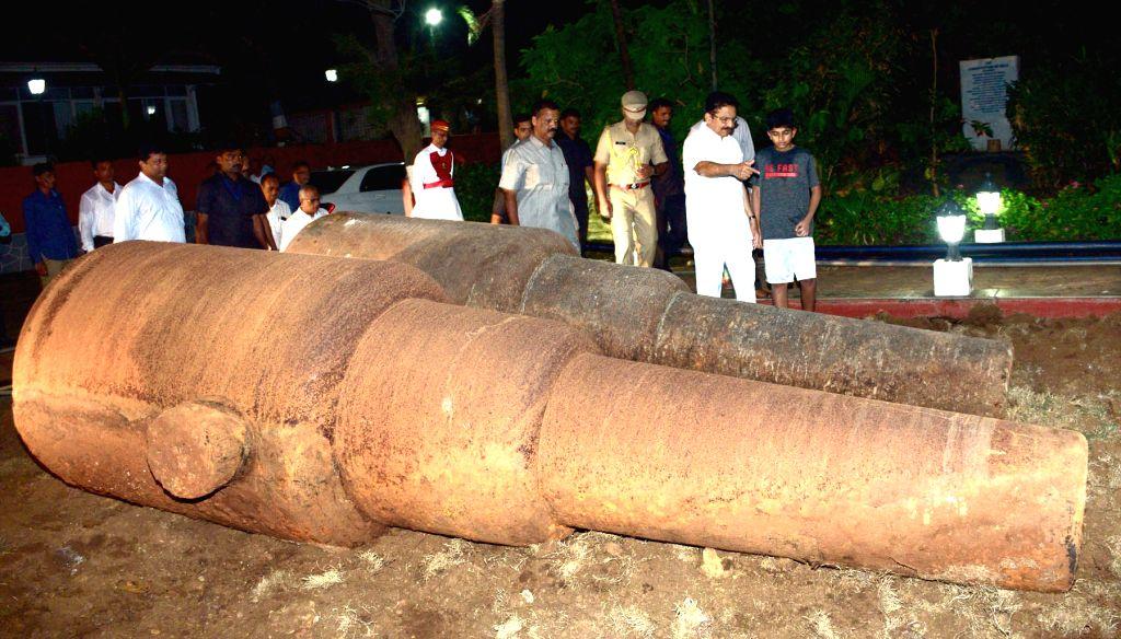 A set of twin British-era canons each weighing 22-tonne which were found in Maharashtra Raj Bhavan.
