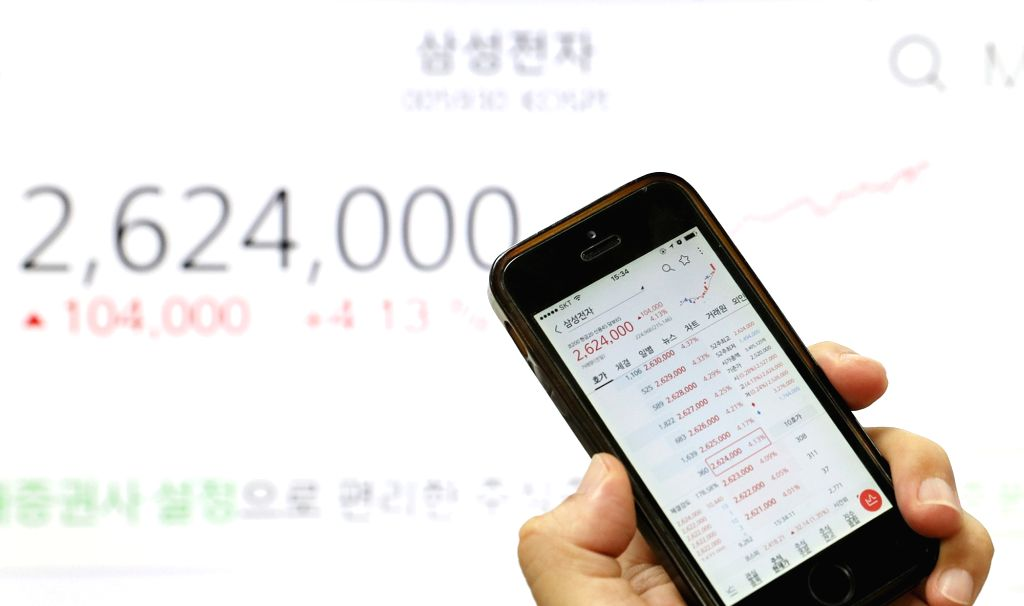 A smartphone shows the share price of Samsung Electronics Co. which posted a record high of 2,624,000 won, up 4.13 percent on the back of an upbeat earnings forecast on Sept. 18, 2017.