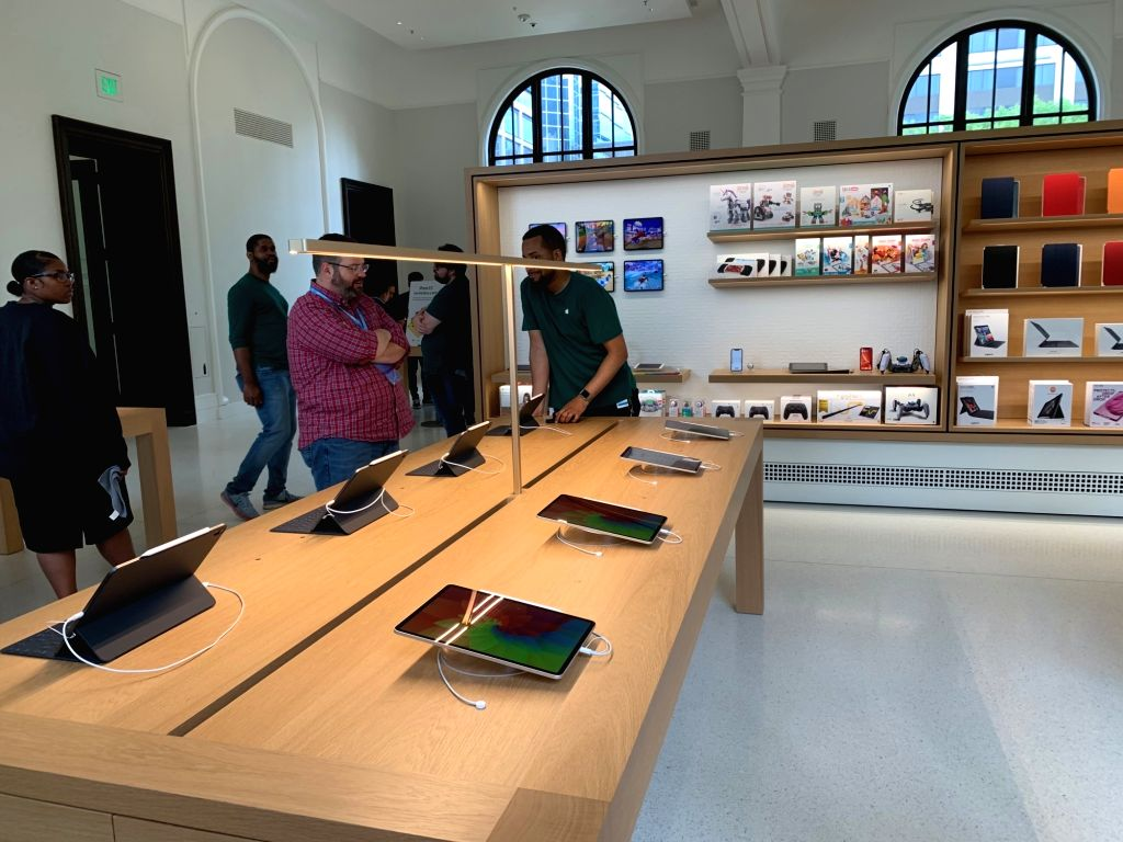 """A view of the Apple Carnegie Library store in Washington DC, USA. Apple spent *neatly* $30 million to restore and revitalise historic Carnegie Library, a 1903 Beaux-Arts building at Mount Vernon Square in Washington, DC. Billed as """"Apple's"""