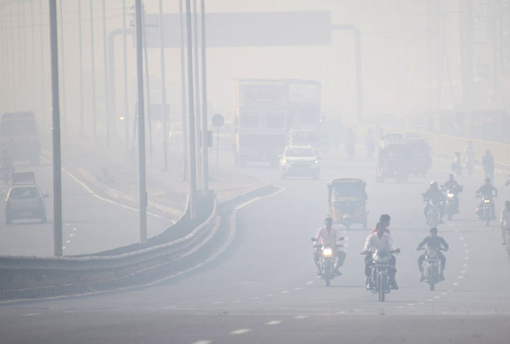 A view of the busy Delhi-Agra highway engulfed in smog, in Mathura on Oct 24, 2018.