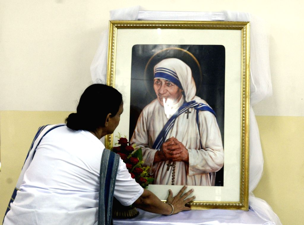 A woman pays tributes to Mother Teresa on her 109th birth anniversary in Kolkata on Aug 26, 2019.