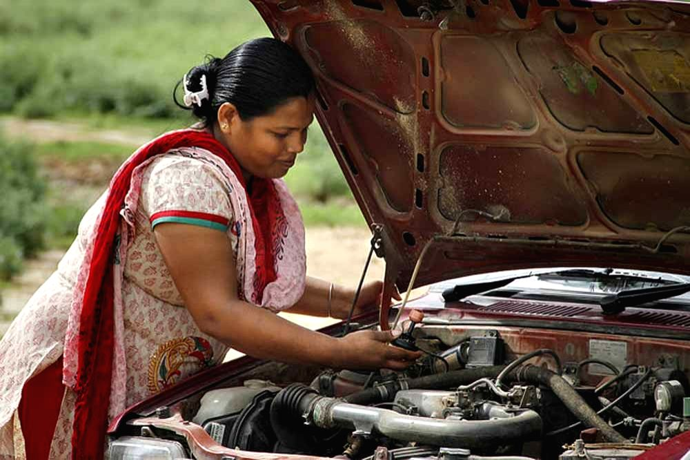 A women learns to check for oil and coolant at a training session organised by NGO Azad Foundation. (Photo Source: Azad Foundation/Sakha Consulting Wings)