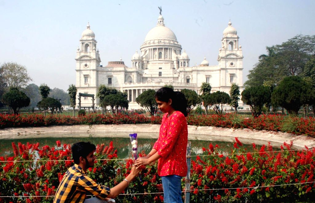 A young couple celebrates Valentine's Day at Victoria Memorial in Kolkata on Feb 14, 2019.