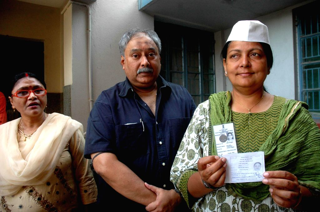 Aam Aadmi Party (AAP) leader Parveen Amanullah shows her voters' identity card as she arrives to cast her vote during the fifth phase of 2014 Lok Sabha Polls in Patna on April 17, 2014.