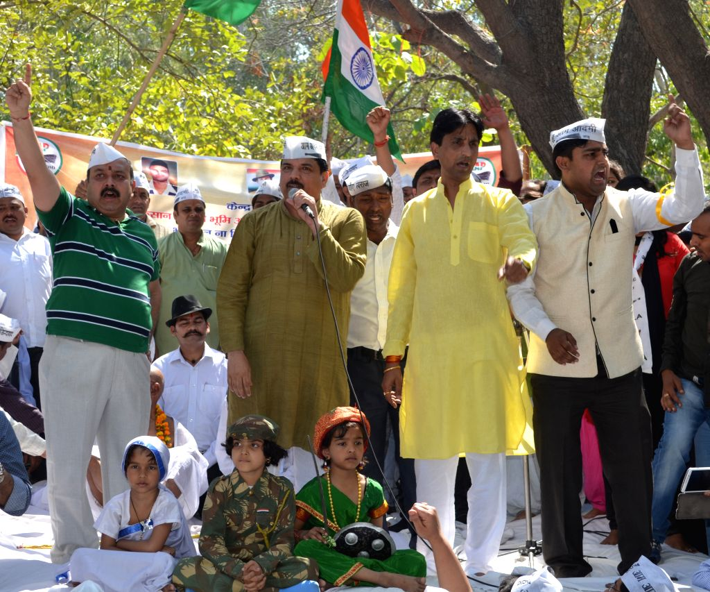 Aam Aadmi Party (AAP) leaders Kumar Kumar Vishwas and Sanjay Singh participate in a demonstration against land acquisition bill in Ghaziabad on March 23, 2015. - Kumar Kumar Vishwas and Sanjay Singh