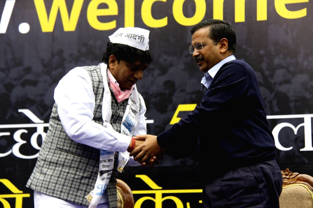 Aam Aadmi Party (AAP) national convener and Delhi Chief Minister Arvind Kejriwal welcomes Safai Karamcharis Union President Sanjay Gehlot in to the party, in New Delhi on Jan 27, 2020. - Arvind Kejriwal