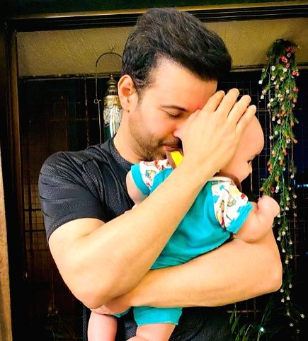 Aamir Ali shares first glimpse of his daughter.