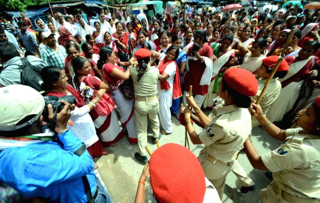 Aanganwadi workers clash with police in Patna on Aug 2, 2016.