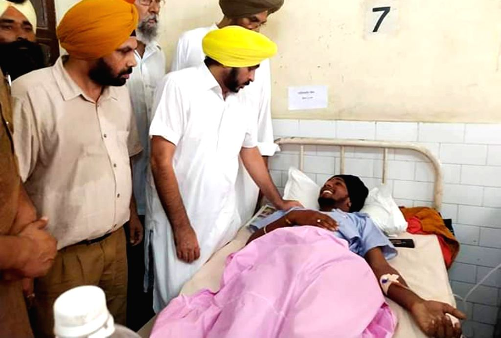 AAP Punjab President and Sangrur MP Bhagwant Mann meets one of the victims of Gurdaspur factory blast at a hospital in Batala, Punjab on Sep 6, 2019.