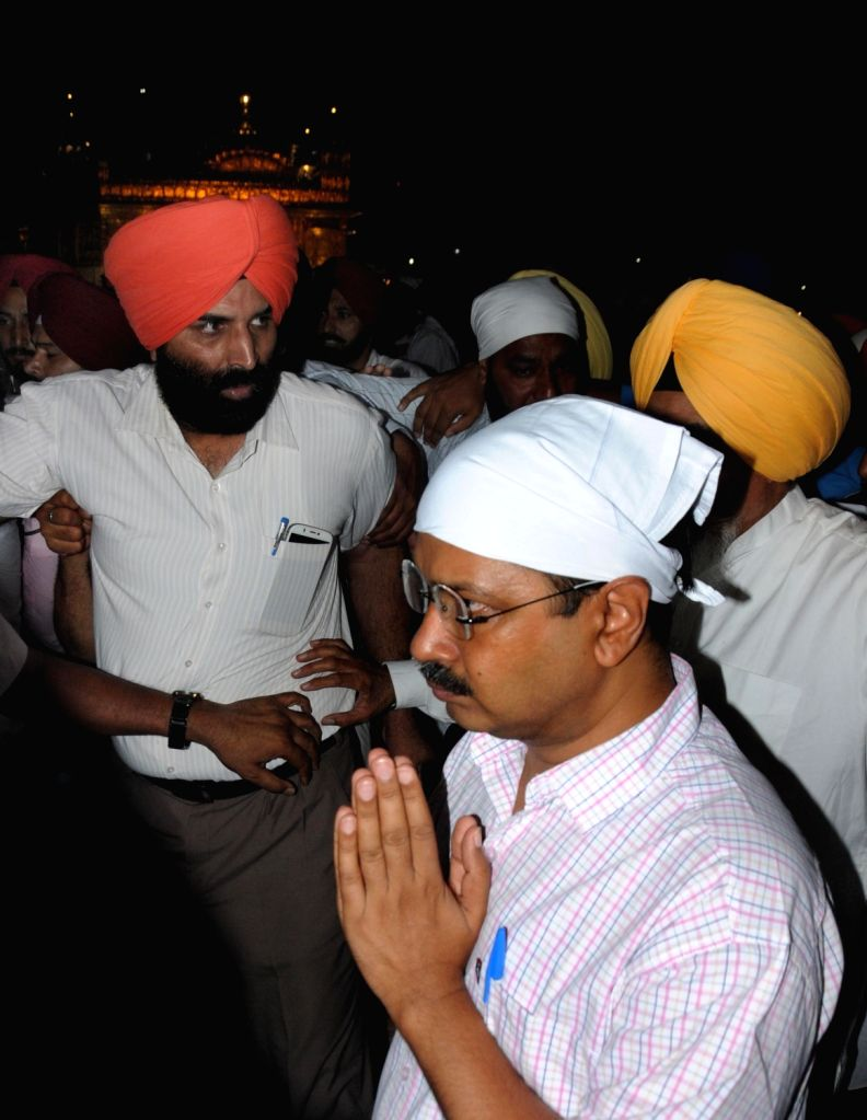 AAP`s national convener and Delhi Chief Minister Arvind Kejriwal paying obeisance at Golden Temple in Amritsar after washing utensils as part of sewa (voluntary service) on July 18, 2016. - Arvind Kejriwal