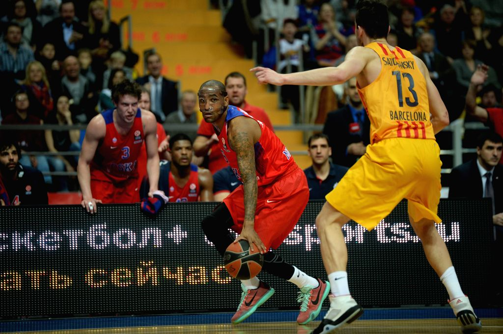 Aaron Jackson (L) of CSKA Moscow drives the ball during the Basketball Euroleague Top 16 match against Tomas Satoransky of Barcelona in Moscow, Russia, Jan. 14, ...