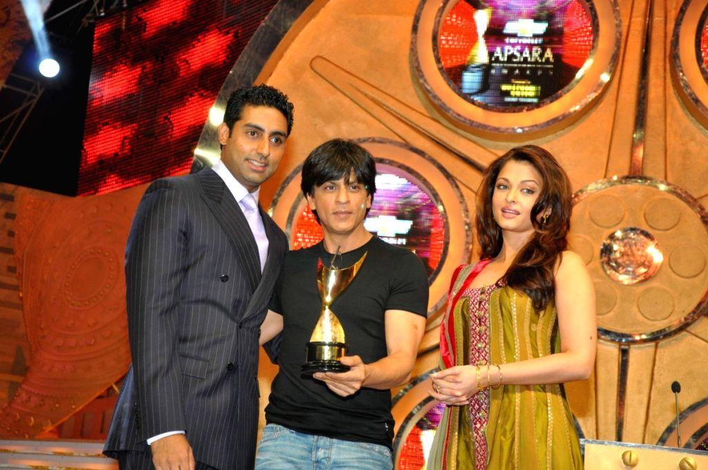 Abhishek Bachchan, Sharukh Khan and Aishwarya Rai at Apsara Awards in Chitrakot Grounds. - Aishwarya Rai, Abhishek Bachchan and Sharukh Khan