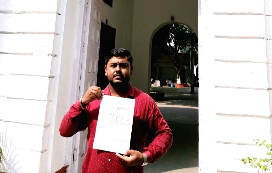 Abhishek Dubey shows the copy of a complaint lodged by him against Senior advocate Rajeev Dhavan at the Parliament Street Police station in New Delhi on Oct 18, 2019. Dhawan, representing ... - Vikas Singh