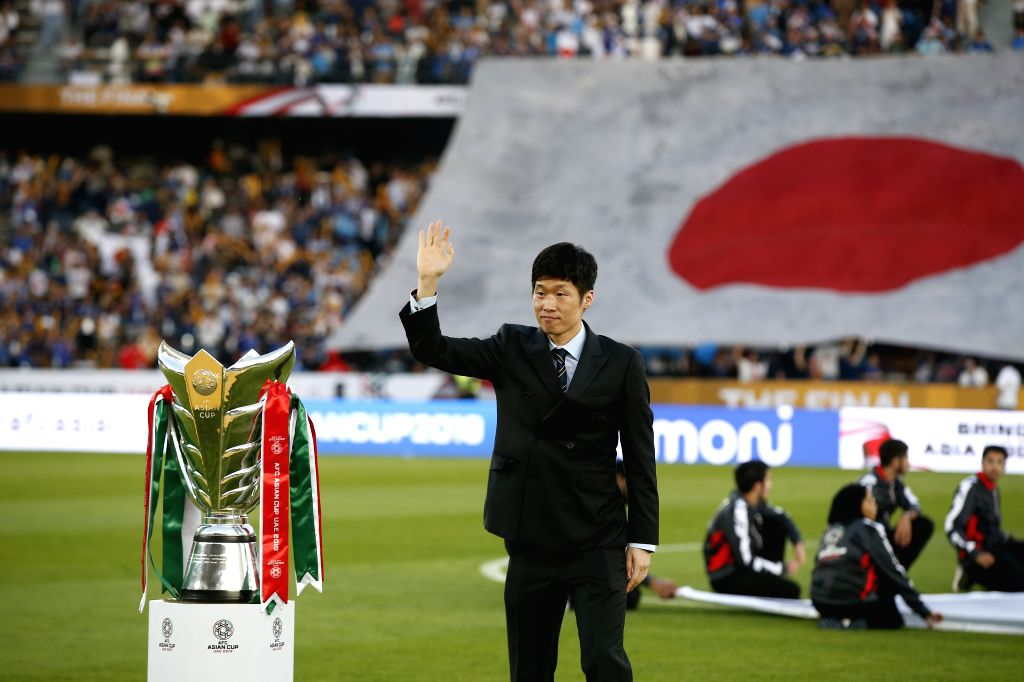 ABU DHABI, Feb. 1, 2019 - Park Ji-Sung brings the trophy into the court ahead of the final match between Japan and Qatar at the 2019 AFC Asian Cup in Abu Dhabi, the United Arab Emirates (UAE), Feb. ...