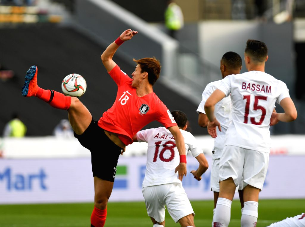 ABU DHABI, Jan. 25, 2019 - Hwang Ui-Jo (1st L) of South Korea competes during the quarterfinal match between South Korea and Qatar at the 2019 AFC Asian Cup in Abu Dhabi, the United Arab Emirates ...