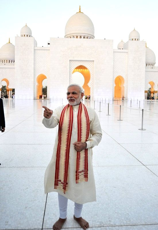 Abu Dhabi (United Arab Emirates): Prime Minister Narendra Modi Modi visits the Shiekh Zayed Grand Mosque, at Abu Dhabi, UAE on August 16, 2015. - Narendra Modi Modi