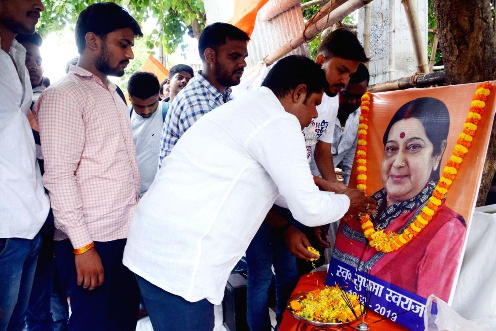 ABVP activists pay tribute to BJP leader Sushma Swaraj in Patna on Aug 7, 2019. - Sushma Swaraj