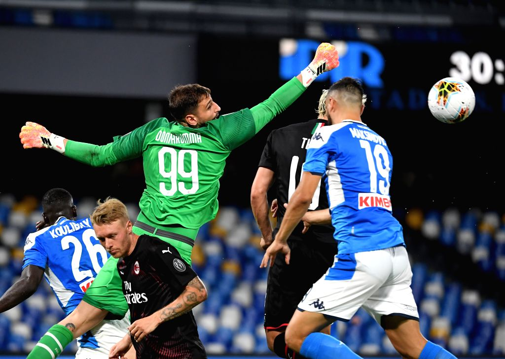 AC Milan's Gianluigi Donnarumma (L top) competes during a Serie A football match between Napoli and AC Milan in Naples, Italy, July 12, 2020.