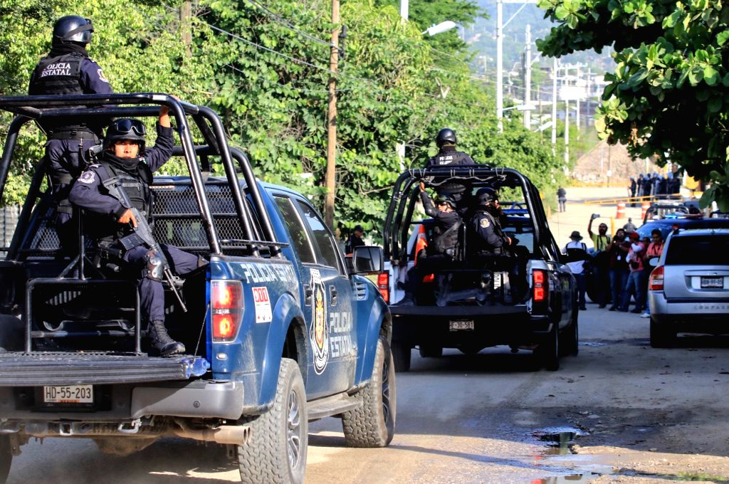ACAPULCO (MEXICO), July 6, 2017 (Xinhua) -- Police officers arrive at a prison after a clash among inmates in Acapulco, Mexico, on July 6, 2017. At least 28 people were killed in a prison riot on Thursday among suspected members of rival gangs in a p