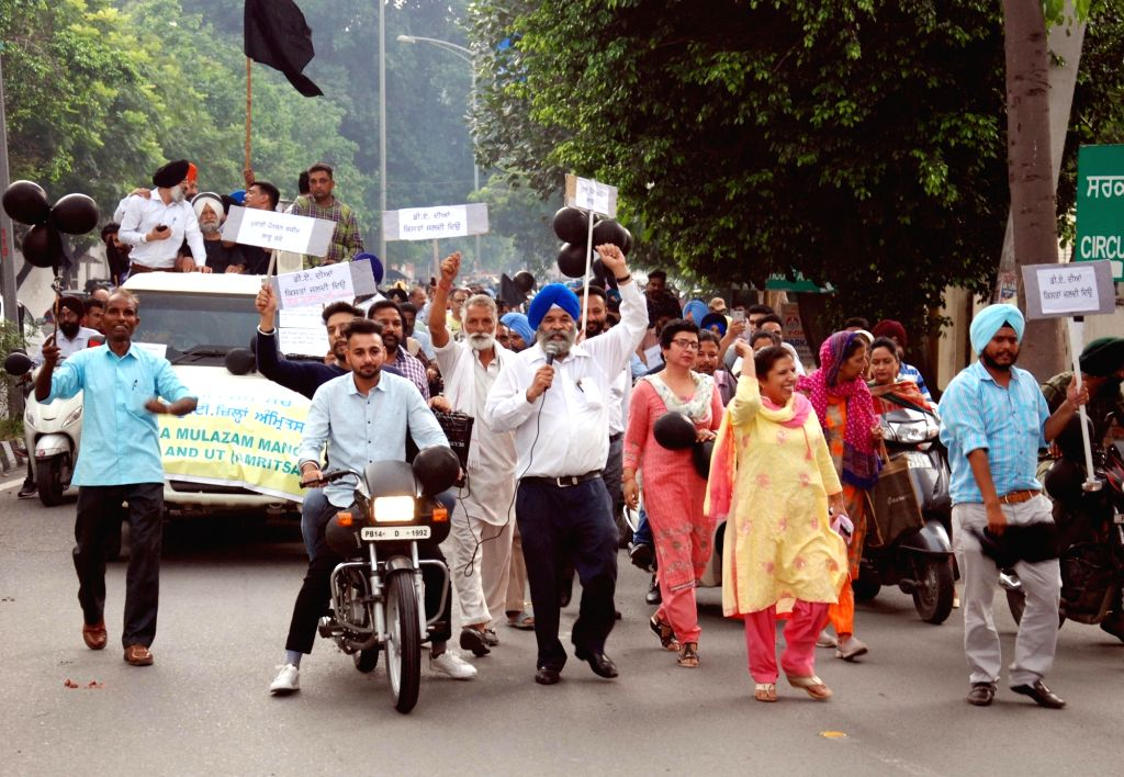 Activists of Sanjha Mulazam Manch Punjab and UT (Amritsar) stage a demonstration to press for the implementation of old pensions and pay commission, in Amritsar on Sep 26, 2019.