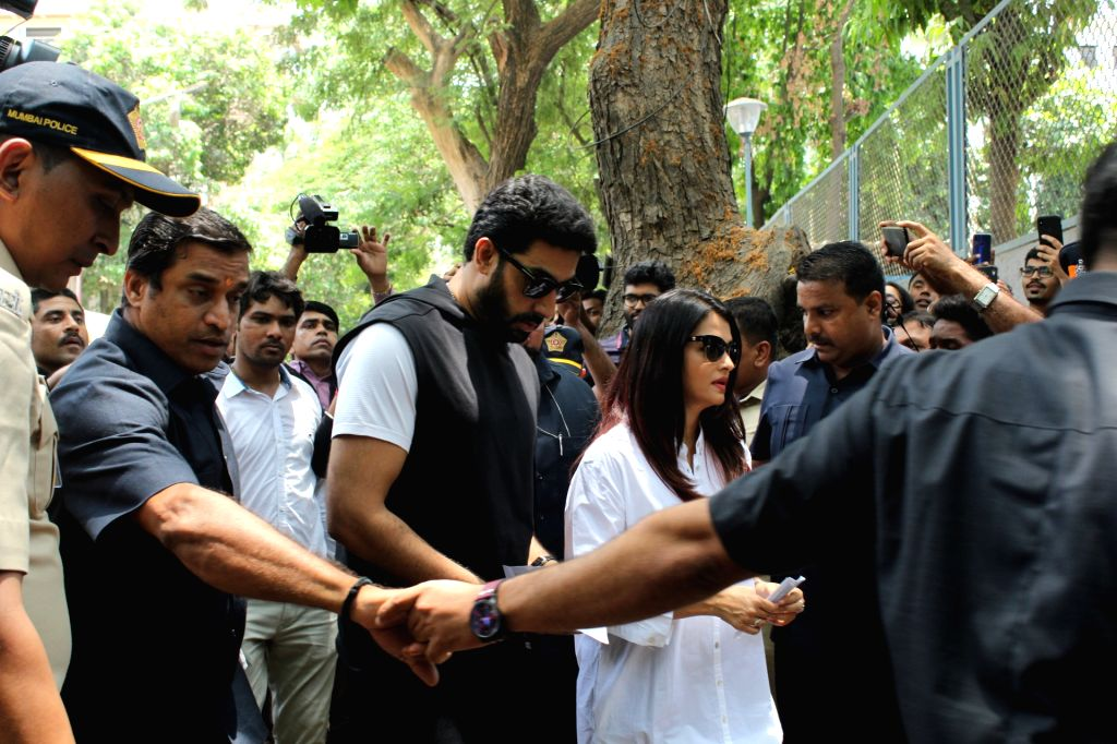 Actor Abhishek Bachchan and his wife Aishwarya Rai Bachchan arrive to cast their votes for the for the fourth phase of 2019 Lok Sabha elections, in Mumbai on April 29, 2019. - Abhishek Bachchan and Aishwarya Rai Bachchan