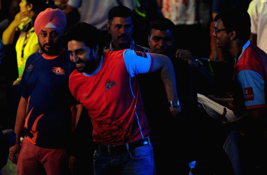 Actor Abhishek Bachchan during a Pro Kabaddi League match between Jaipur Pink Panthers and Telugu Titans at Netaji Indoor Stadium in Kolkata on July 31, 2014. Jaipur Pink Panthers won the match. - Abhishek Bachchan