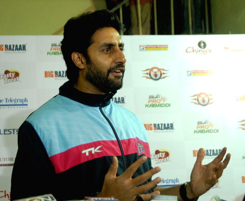 Actor Abhishek Bachchan during a Pro Kabaddi League match between Jaipur Pink Panthers and Telugu Titans at Netaji Indoor Stadium in Kolkata on July 31, 2014. - Abhishek Bachchan