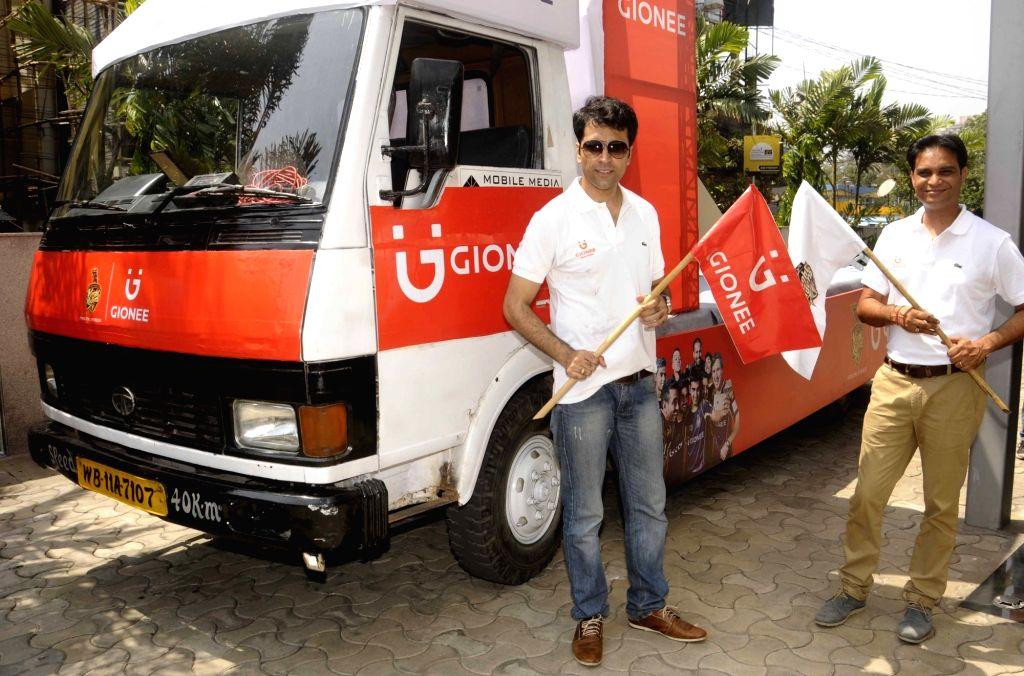 Actor Abir Chatterjee and Gionee India Regional Director Timir Baran Acharyya during a Kolkata Knight Riders (KKR) promotion programme in Kolkata on April 22, 2016. - Abir Chatterjee