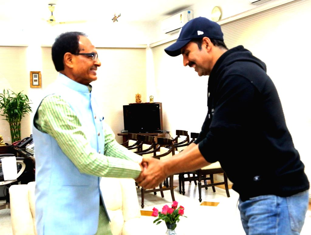 Actor Akshay Kumar calls on Madhya Pradesh Chief Minister Shivraj Singh Chouhan at CM residence in Bhopal on Nov 26, 2016. - Akshay Kumar and Shivraj Singh Chouhan
