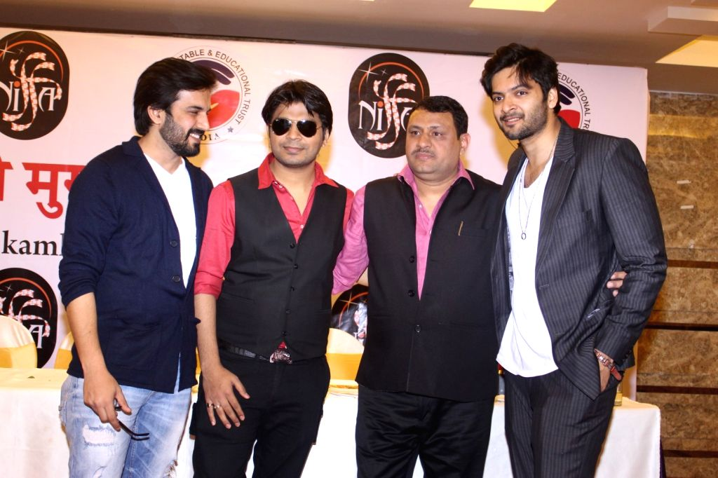 Actor Ali Fazal, Singer Ankit Tiwari,  Minister of State of External Affairs and Minister of State V.K.Singh,  author Kamla Mishra,  and filmmaker Anees Bazmee during the  launch of the book ... - Ali Fazal and Kamla Mishra