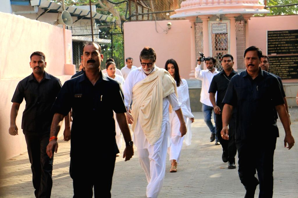 Actor Amitabh Bachchan along with his daughter-in-law Aishwarya Rai Bachchan arrives at the funeral of his longtime secretary and film producer Sheetal Jain who passed away at 77, in Mumbai ... - Amitabh Bachchan, Aishwarya Rai Bachchan and Sheetal Jain