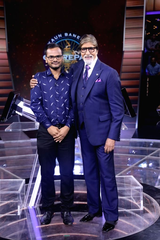 Actor Amitabh Bachchan along with Sanoj Raj 1st Crorepati of Kaun Banega Crorepati. - Amitabh Bachchan