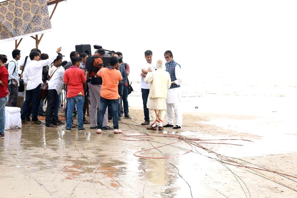 Actor Amitabh Bachchan and Hindustani classical singer Pandit Jasraj during the NDTV Dettol Banega Swachh India cleanliness drive at Juhu Beach, in Mumbai on Oct. 2, 2016. - Amitabh Bachchan