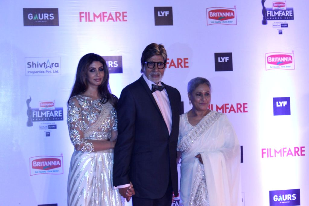 Actor Amitabh Bachchan with his wife Jaya Bachchan and daughter Shweta Bachchan Nanda during the 61st Britannia Filmfare Awards in Mumbai on January 15, 2016. - Amitabh Bachchan, Jaya Bachchan and Shweta Bachchan Nanda
