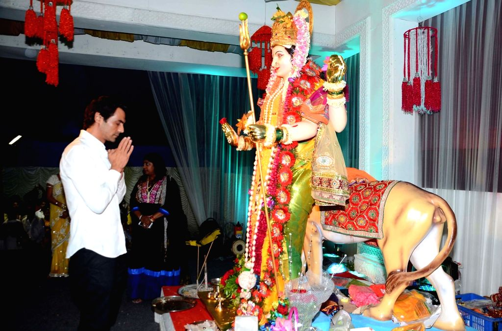 Actor Arjun Rampal worships Durga idol at the residence of gangster-turned-politician Arun Gawli in Mumbai, on Oct 7, 2016. - Arjun Rampal