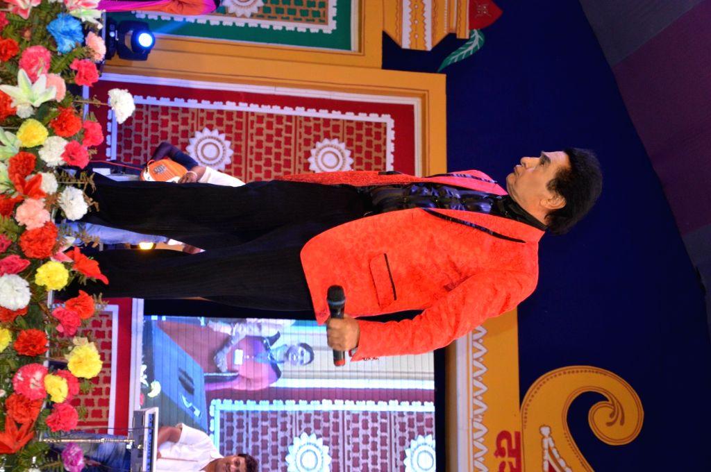 Actor Asrani during a Dussehra Mahotsav programme in Patna on Oct 4, 2016. - Asrani