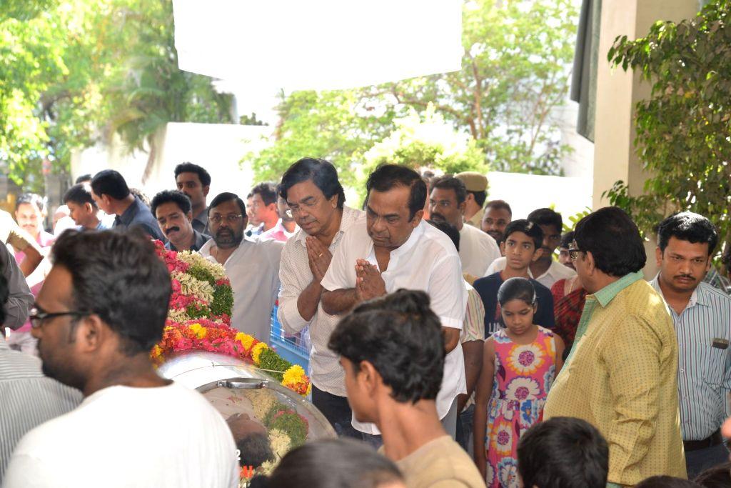 Actor Brahmanandam pays last respect to Dasari Narayana Rao at his residence. - Brahmanandam and Dasari Narayana Rao
