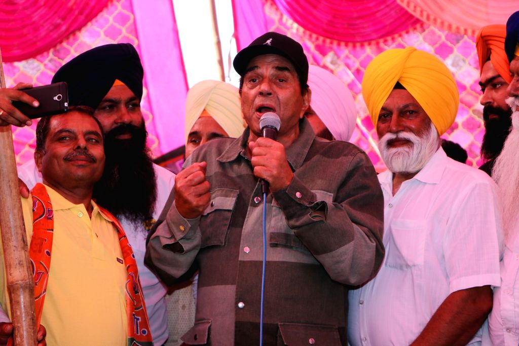 Actor Dharmendra addresses at an election campaign in support of his son and BJP's Lok Sabha candidate from Gurdaspur, Sunny Deol, in Punjab's Dinanagar, on May 12, 2019. - Dharmendra