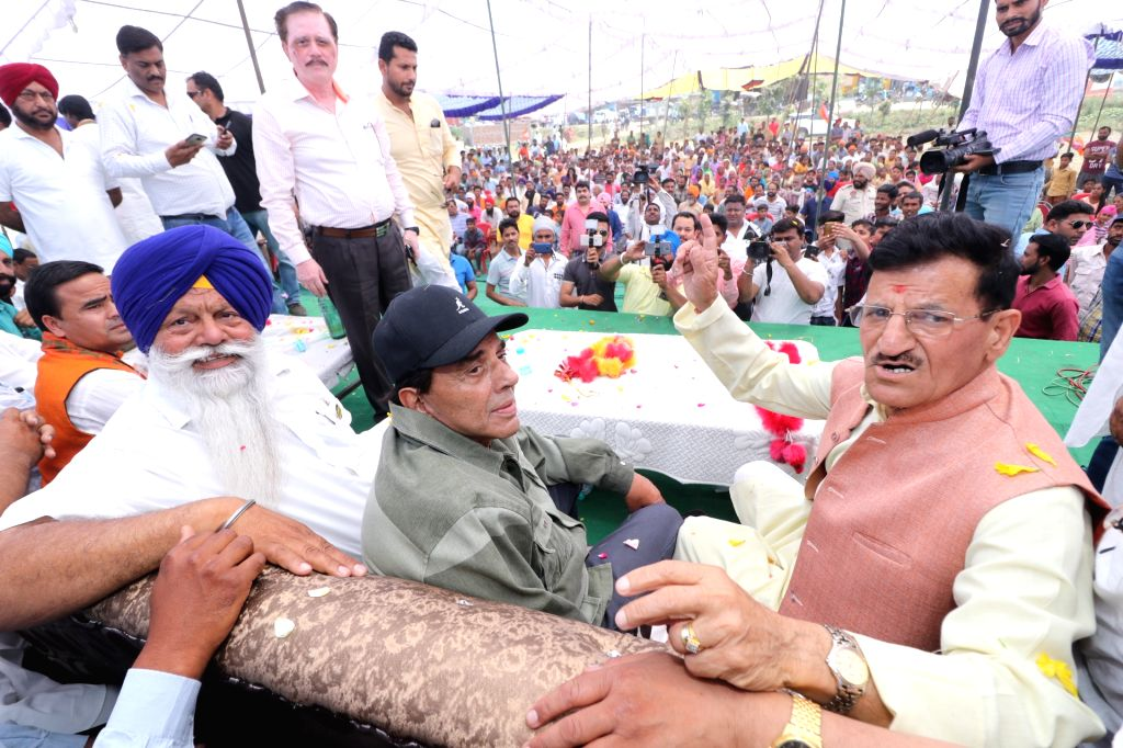 Actor Dharmendra during an election campaign in support of his son and BJP's Lok Sabha candidate from Gurdaspur, Sunny Deol, in Punjab's Dinanagar, on May 12, 2019. - Dharmendra