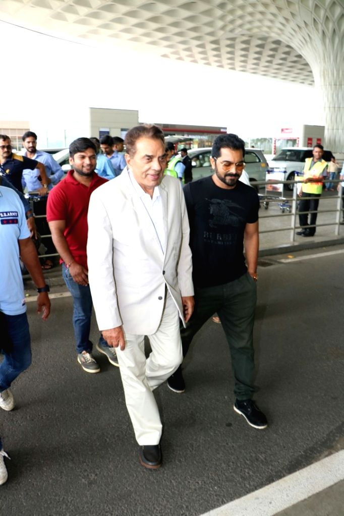 Actor Dharmendra spotted at the Chhatrapati Shivaji International Airport in Mumbai on Aug 9, 2017. - Dharmendra