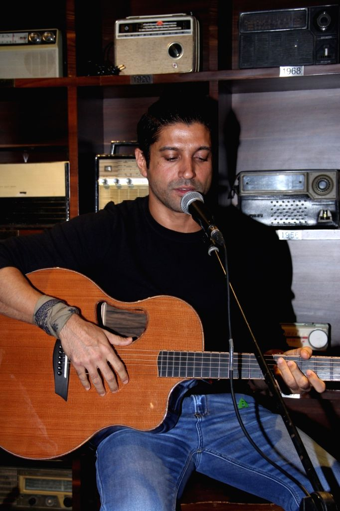 Actor Farhan Akhtar `Live` at Radio Bar in Mumbai on April 17, 2016. - Farhan Akhtar