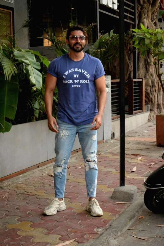 Actor Gurmeet Choudhary seen at Mumbai's Juhu on April 28, 2019. - Gurmeet Choudhary